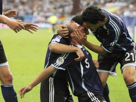 组图:阿根廷VS塞黑 坎比亚索与队友庆祝
