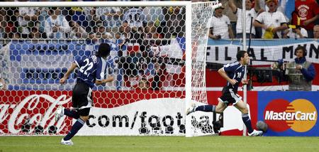 图文:阿根廷VS塞黑 马克西打入第一球