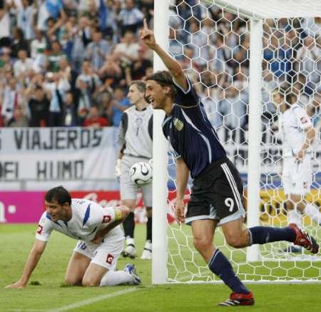 组图:阿根廷6-0塞黑 克雷斯波庆祝进球