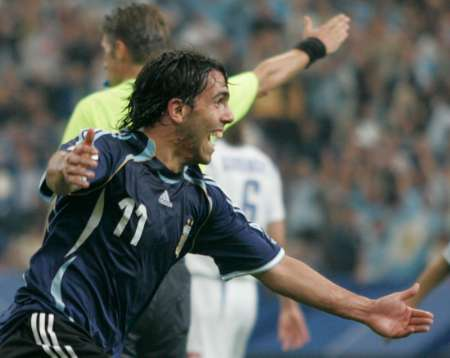 组图:阿根廷6-0塞黑 特维兹庆祝进球