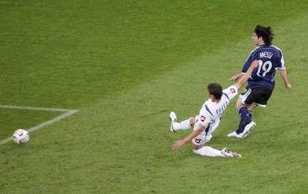 图文:阿根廷6-0塞黑 梅西射门瞬间