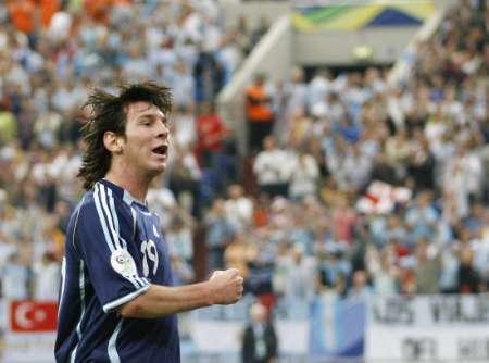 图文:阿根廷6-0塞黑 梅西庆祝进球