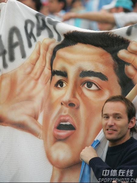 图文:阿根廷6-0塞黑 球迷高举里克尔梅画像