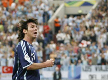 组图:阿根廷6-0塞黑 8号被红牌罚下