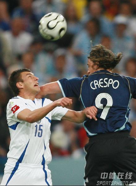 组图:阿根廷6-0塞黑 克雷斯波拼抢