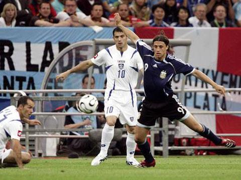 图文:阿根廷6-0塞黑 克雷斯波凌空抽射