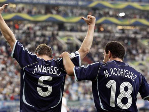 图文:阿根廷6-0塞黑 马克西与队友庆祝进球