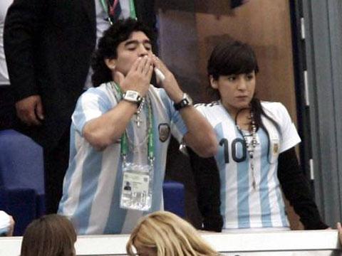 图文:阿根廷6-0塞黑 马拉多纳热吻庆祝