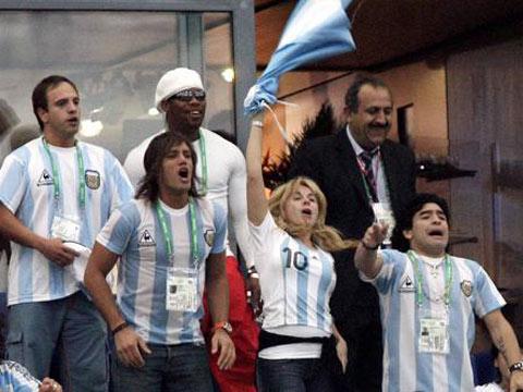 图文:阿根廷6-0塞黑 马拉多纳呐喊助威