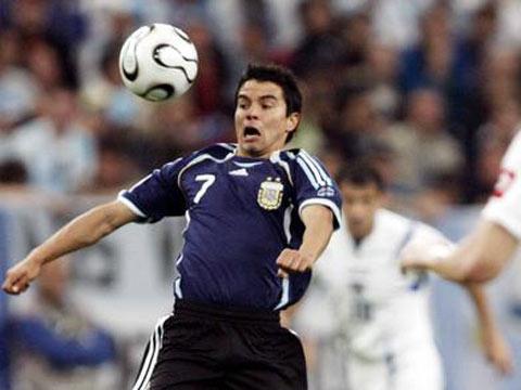 图文:阿根廷6-0塞黑 萨维奥拉胸部停球