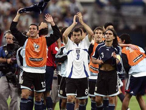 图文:阿根廷6-0塞黑 阿根廷球员欢庆狂胜