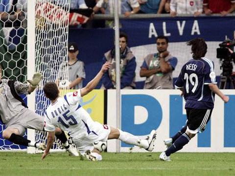 图文:阿根廷6-0塞黑 梅西小角度射门