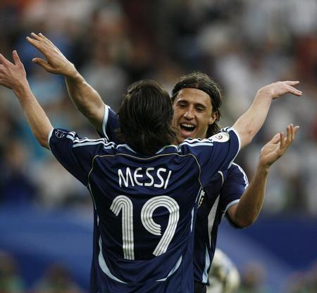 图文:阿根廷6-0塞黑 克雷斯波与梅西庆祝
