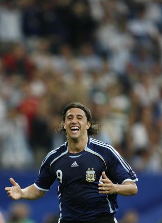 图文:阿根廷6-0塞黑 克雷斯波庆祝进球