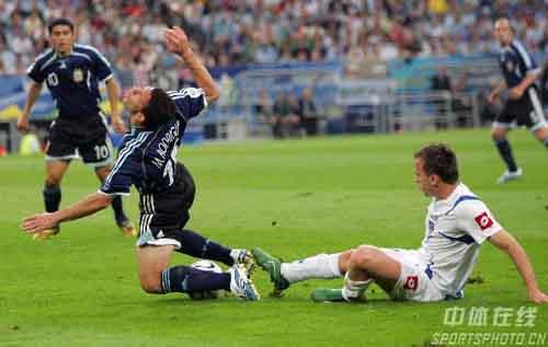 图文:阿根廷6-0塞黑 倒地也不放过你