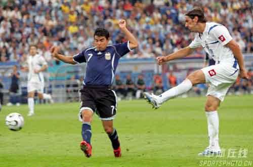 图文:阿根廷6-0塞黑 萨维奥拉拦截对方传球