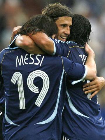 图文:阿根廷6-0塞黑 梅西与队友庆祝