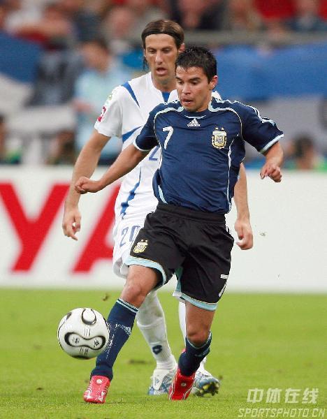 图文:阿根廷6-0塞黑 萨维奥拉带球突破
