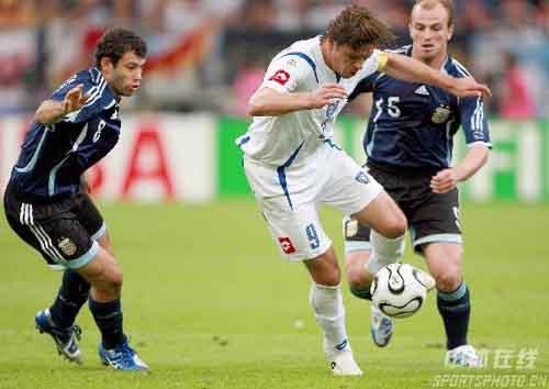 图文:阿根廷6-0塞黑 米洛舍维奇带球突破