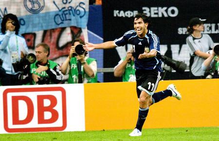 图文:阿根廷6-0塞黑 特维斯庆祝自己救球