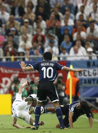图文:阿根廷6-0塞黑 索林帮助里克尔梅抢球