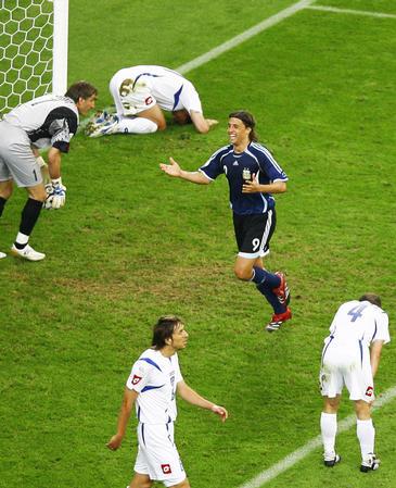 图文:阿根廷6-0塞黑 克雷斯波比赛打入一球
