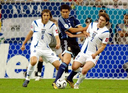 图文:阿根廷6-0塞黑 塞黑队员以二抢一
