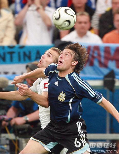 组图:阿根廷6-0塞黑 海因策阻截对手进攻
