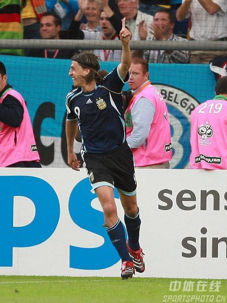 图文:阿根廷6-0塞黑 进球功臣之一克雷斯波