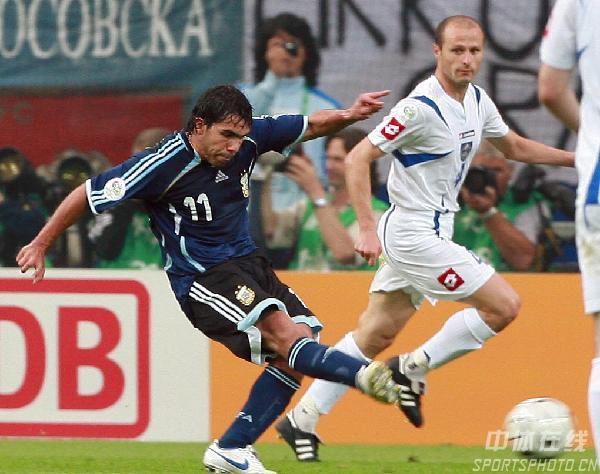 图文:阿根廷6-0塞黑 特维斯进球瞬间