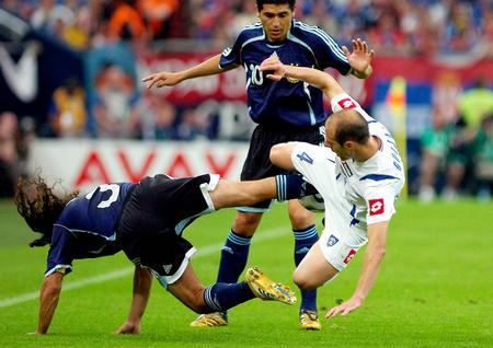 图文:阿根廷6-0塞黑 索林与杜加伊拼抢