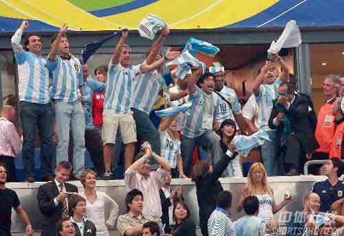 图文:阿根廷6-0塞黑 马拉多纳我也是球迷
