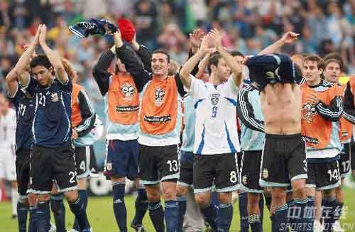 图文:阿根廷6-0塞黑 带着胜利的喜悦离场