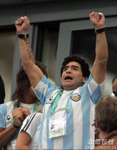 图文:阿根廷6-0塞黑 马拉多纳高举双手助威
