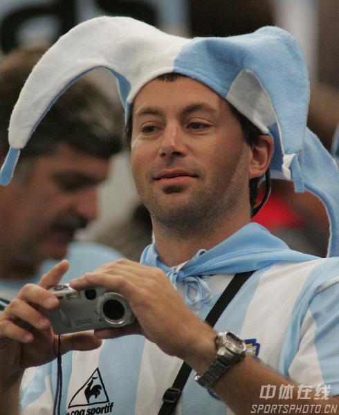 图文:阿根廷6-0塞黑  球迷摄影师