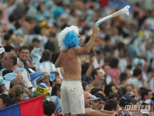 图文:阿根廷6-0塞黑 台上的阿根廷队球迷