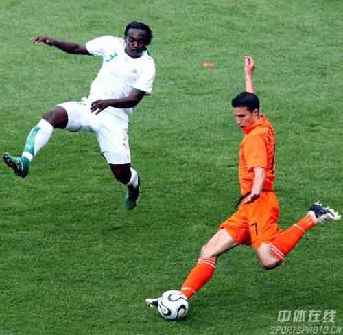 图文:荷兰2-1科特迪瓦 范佩西抽射