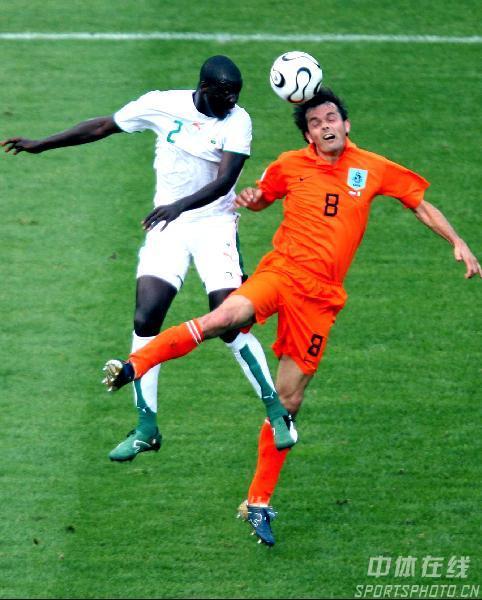 图文:荷兰2-1科特迪瓦 科库和阿卡勒争头球