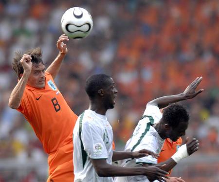 图文:荷兰2-1科特迪瓦 科库跃起争顶头球