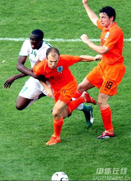 图文:荷兰2-1科特迪瓦 鲁本艰难突破