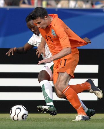 图文:荷兰2-1科特迪瓦 范佩西突破阿-伯卡