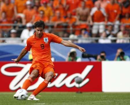图文:荷兰2-1科特迪瓦 范尼射门瞬间