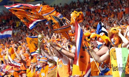 图文:荷兰2-1科特迪瓦  看台被橙浪淹没