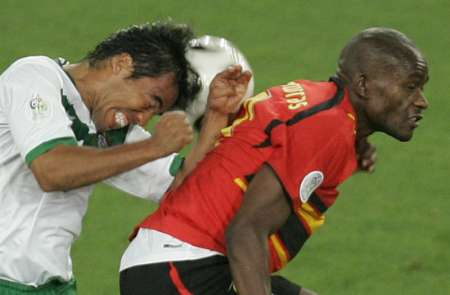 组图:墨西哥0-0安哥拉 场上精彩拼抢