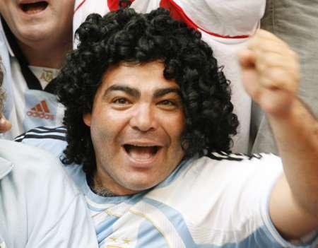 组图:阿根廷6-0塞黑 马拉多纳迷欢呼胜利