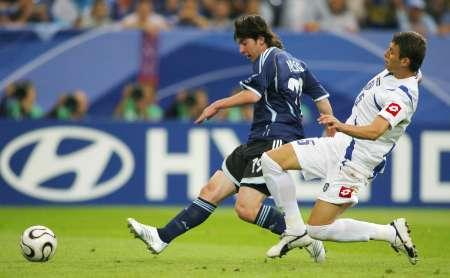 图文:阿根廷6-0塞黑 场上激烈拼抢