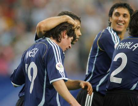图文:阿根廷6-0塞黑 阿根廷队员庆祝胜利