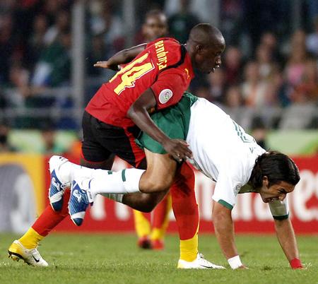 图文:墨西哥0-0安哥拉 吉-门德萨犯规
