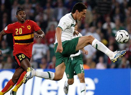 图文:墨西哥0-0安哥拉 墨西哥球员比赛停球