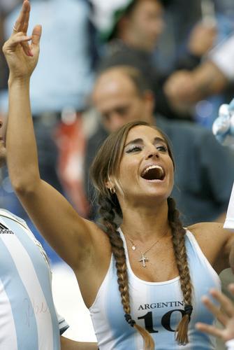 组图:阿根廷6-0塞黑 球迷狂乐超乎想像
